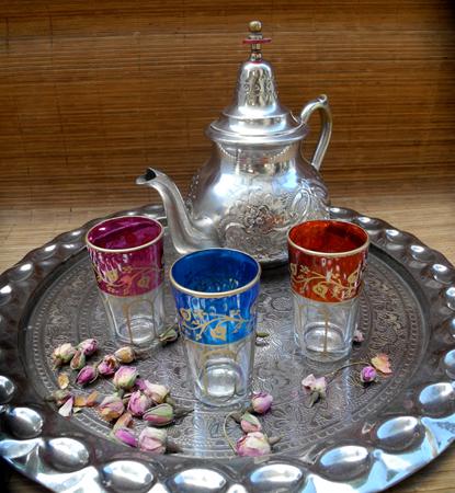 Tablett mit Teegläser